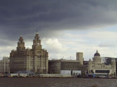 Liverpool Pier Head, mit den 'Three Graces': the Royal Liver Building, Cunard Building und Port of Liverpool Building (von links nach rechts)